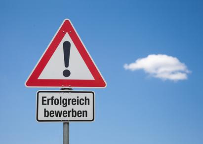 Achtung Schild mit Wolke ERFOLGREICH BEWERBEN