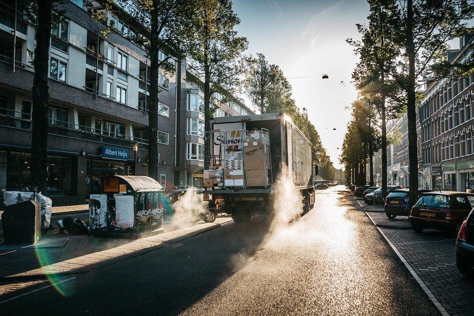 Umzug für den Job – ein Umzugswagen fährt zum neuen Wohnort.